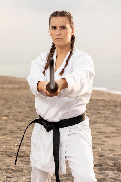Passendes übendes karate des jungen mädchens Kostenlose Fotos