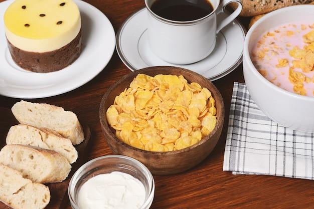 Passionsfruchtkuchen, toast, kaffee, joghurt, müsli. Premium Fotos