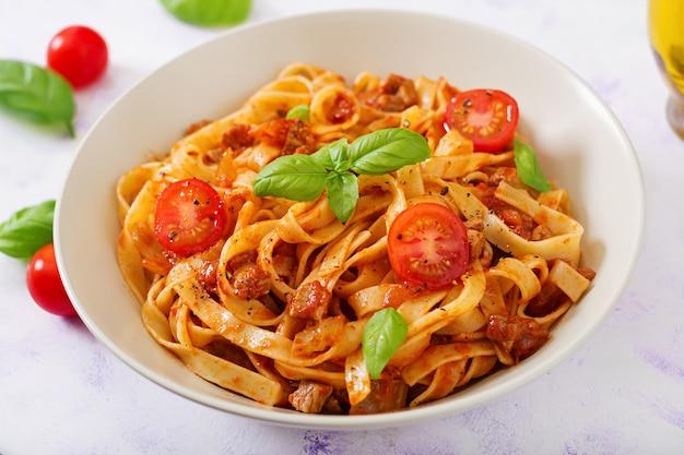Pasta fettuccine bolognese mit tomatensauce in weißer schüssel. Kostenlose Fotos
