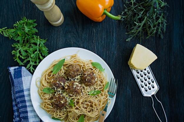 Pasta mit frikadellen und petersilie in tomatensauce Premium Fotos