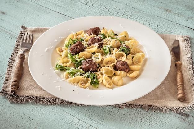 Pasta mit grünkohl und fleischbällchen Premium Fotos