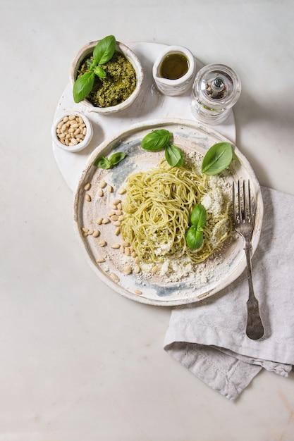 Pasta mit pesto-sauce Premium Fotos