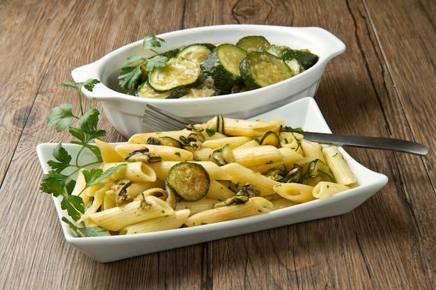 Pasta mit zucchini Premium Fotos