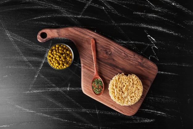 Pasta serviert mit bohnen und gewürzen. Kostenlose Fotos