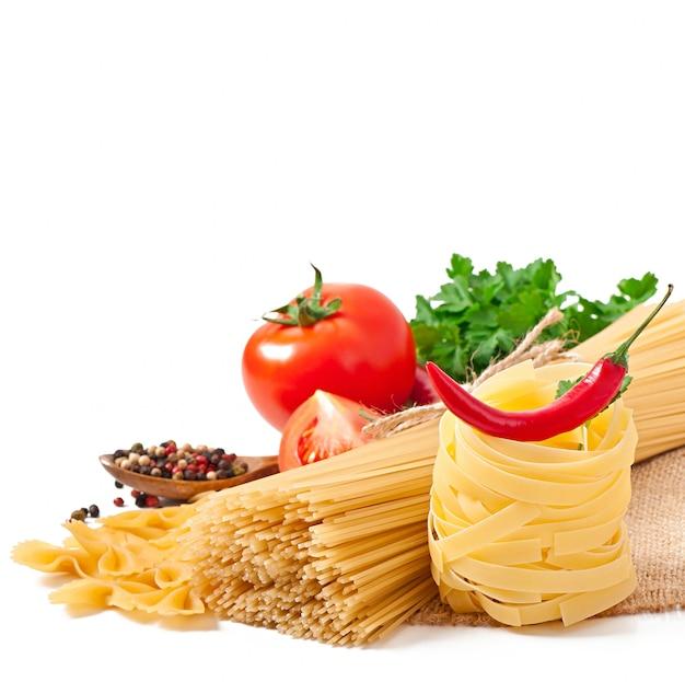 Pasta spaghetti, gemüse, gewürze isoliert auf weiß Kostenlose Fotos