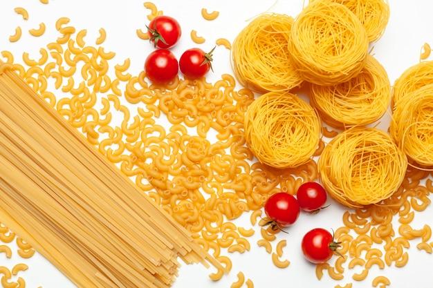 Pasta spaghetti mit zutaten zum kochen von nudeln Premium Fotos