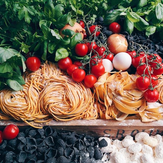 Pasta, tomaten und andere italienische zutaten Kostenlose Fotos