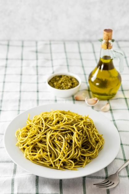 Pastateller mit olivenölflasche Kostenlose Fotos