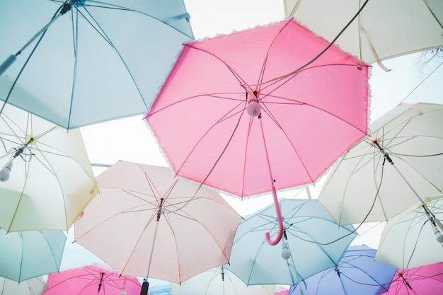 Pastellregenschirmhaufen Premium Fotos