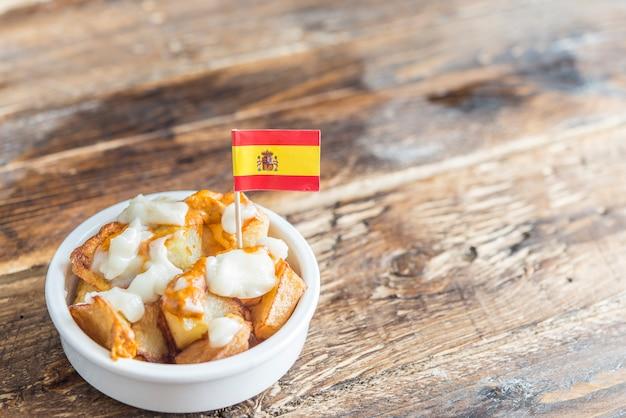 Patatas bravas mit typischer sauce Premium Fotos