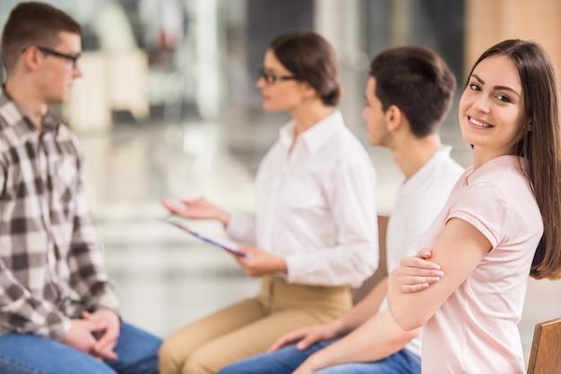 Patienten, die während der therapiesitzung auf einen anderen patienten hören Premium Fotos