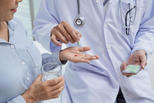 Patienten tabletten geben Kostenlose Fotos