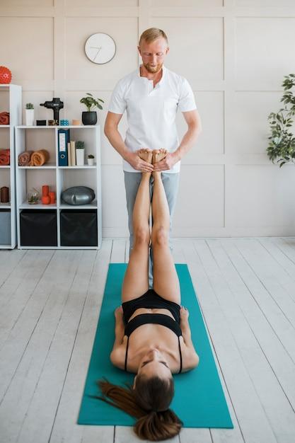 Patientin bei physiotherapie mit männlichem physiotherapeuten Kostenlose Fotos