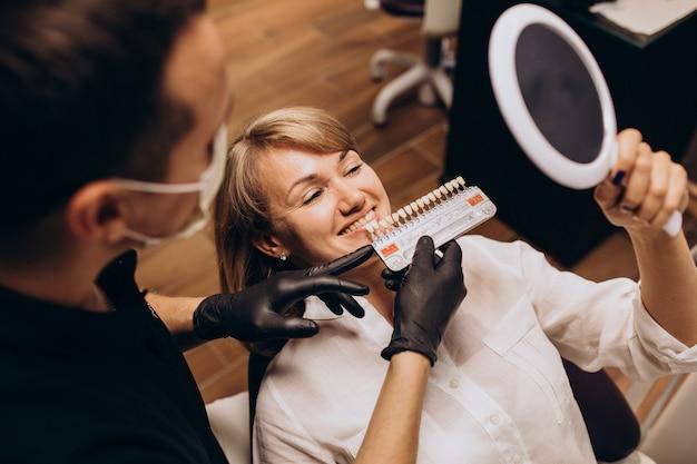 Patientin, die zahnarzt besucht   Kostenlose Foto