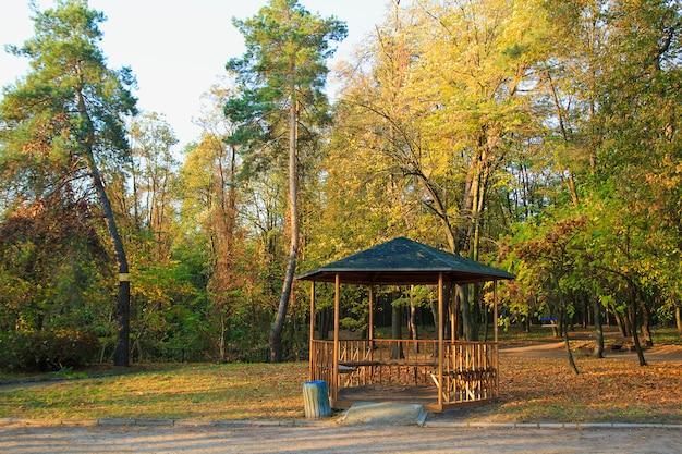 Pavillon im herbst park. herbstbäume und blätter. Premium Fotos