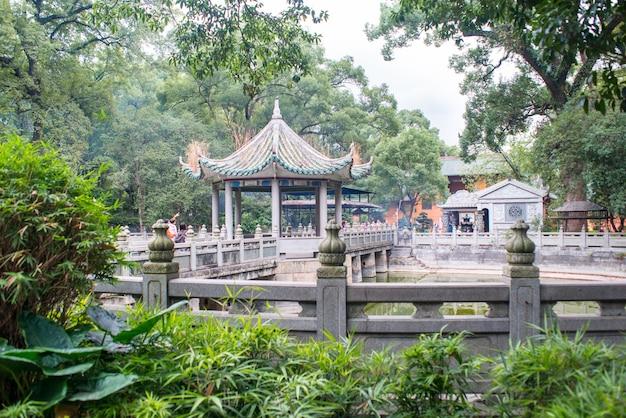 Pavillon mit einer brücke und zäune Kostenlose Fotos