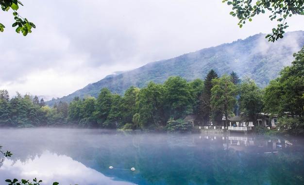 Pavillon zum entspannen am ufer des blauen karstsees cerik-kel bei bewölktem nebelwetter, kabardino-balkar-republik, russland Premium Fotos