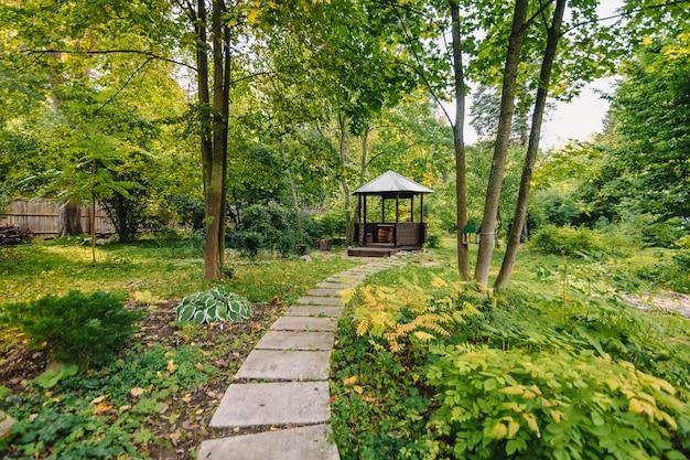 Pavillon zum entspannen im park Premium Fotos