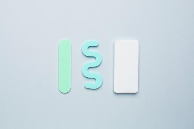 Pediküre maniküre-tools, nagelfeile und separator für die finger auf blauem hintergrund Premium Fotos
