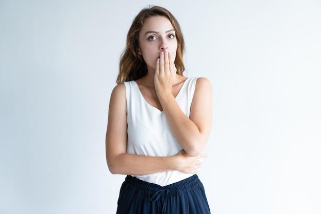 Peinlich schöne frau, die mund mit der hand bedeckt Kostenlose Fotos