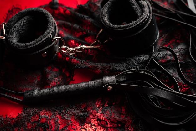 Peitsche und handschellen mit spitzenunterwäsche für bdsm sex Premium Fotos