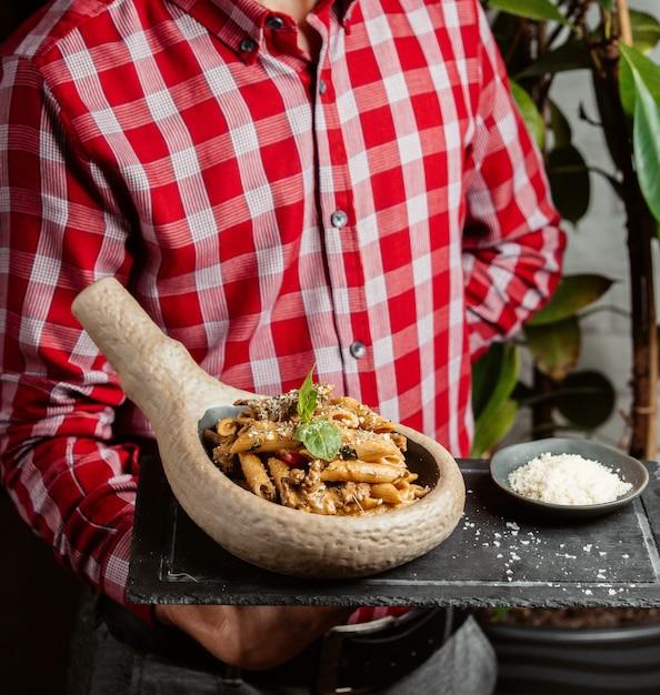 Penne pasta mit sahnekräutern und fleisch Kostenlose Fotos