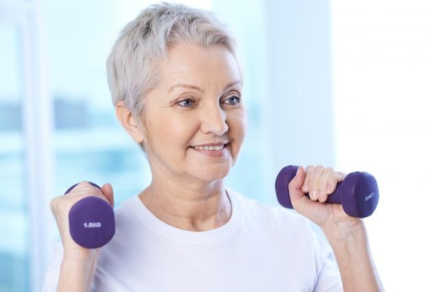 Pensionär mit Hanteln Kostenlose Fotos