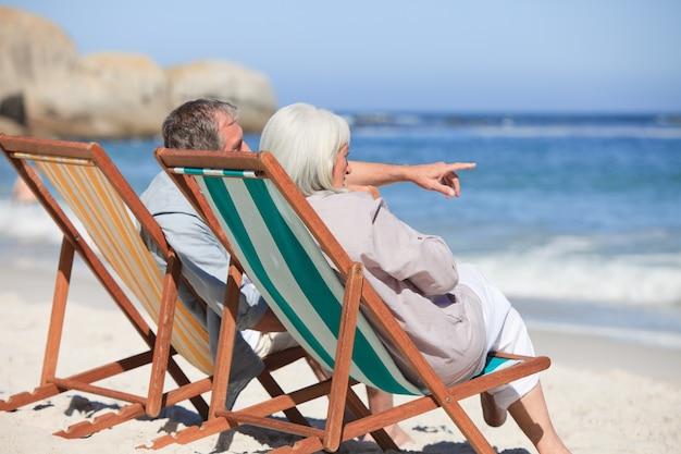 Pensionierte paare, die auf klappstühlen sitzen Premium Fotos