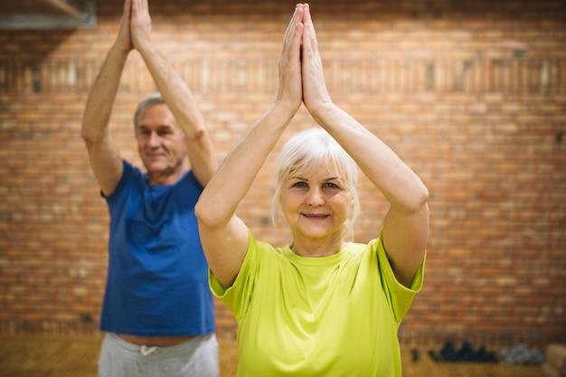Pensionierte paare, die balanceübung tun Kostenlose Fotos