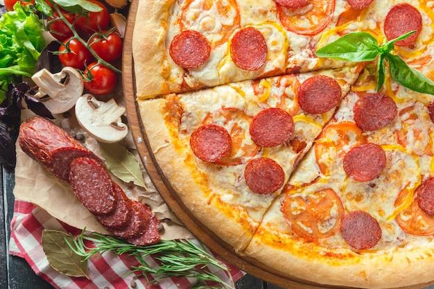 Peperoni pizza Premium Fotos