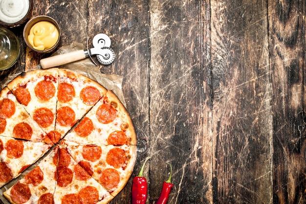 Pepperoni-pizza mit saucen Premium Fotos