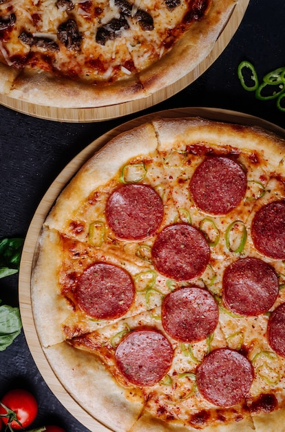 Pepperonipizza mit geschmolzenem käse, draufsicht. Kostenlose Fotos