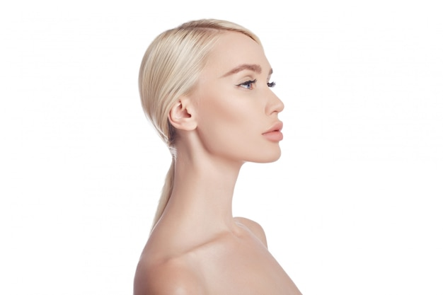 Perfekt saubere haut einer frau, ein kosmetikum gegen falten. verjüngende wirkung auf die hautpflege. reinigen sie die poren ohne falten. frau blondine auf weißem wandisolat, exemplarplatz. gesunde gesichtshaut Premium Fotos