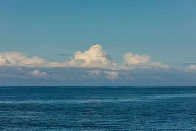 Perfekte aussicht auf himmel und wasser des ozeans Kostenlose Fotos