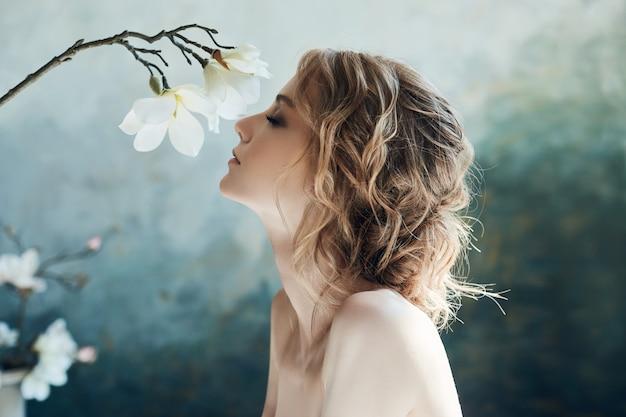 Perfekte braut, porträt eines mädchens in einem langen weißen kleid. Premium Fotos