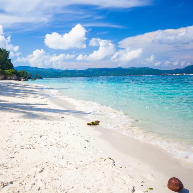 Perfekter tropischer strand mit türkisfarbenem wasser und weißem sand Premium Fotos