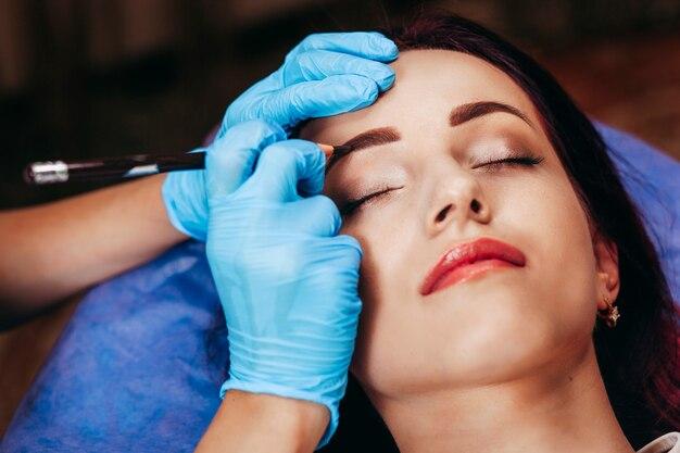 Permanentes make-up auf den augenbrauen. Premium Fotos