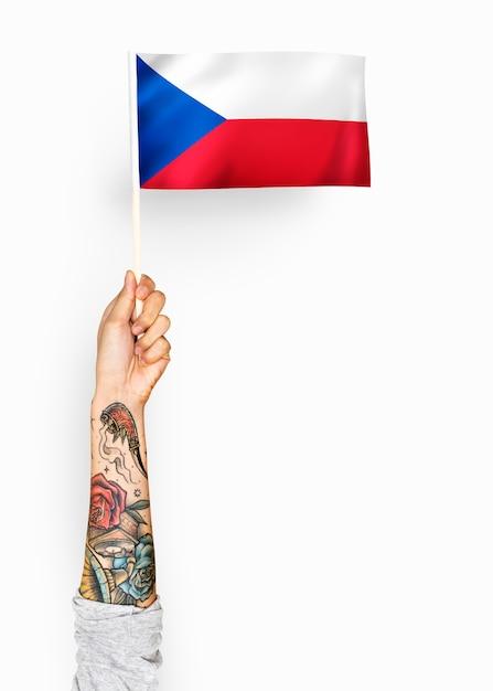 Person, die die flagge der tschechischen republik wellenartig bewegt Kostenlose Fotos