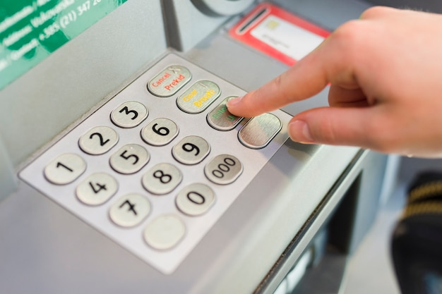Person, die etwas geld vom geldautomaten abzieht Kostenlose Fotos