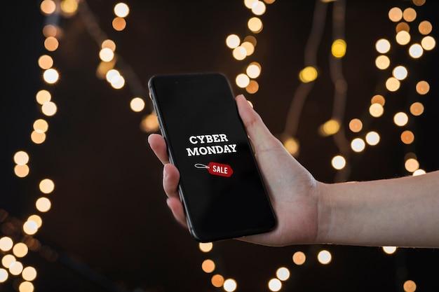 Person, die smartphone mit cyber monday-aufschrift hält Kostenlose Fotos