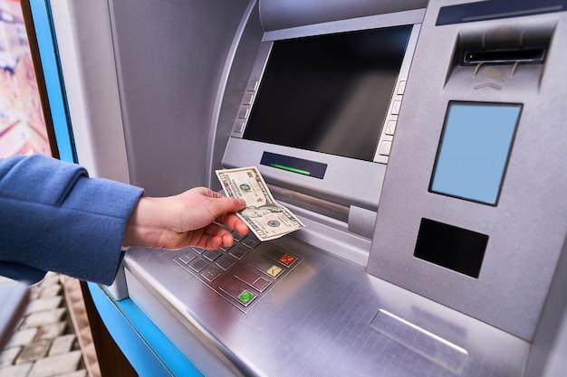 Person, die straße atm bank verwendet, um bargeld abzuheben Premium Fotos