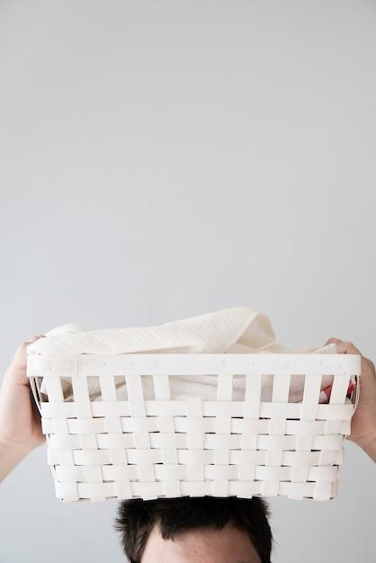 Person, die wäschekorb auf kopf hält Kostenlose Fotos