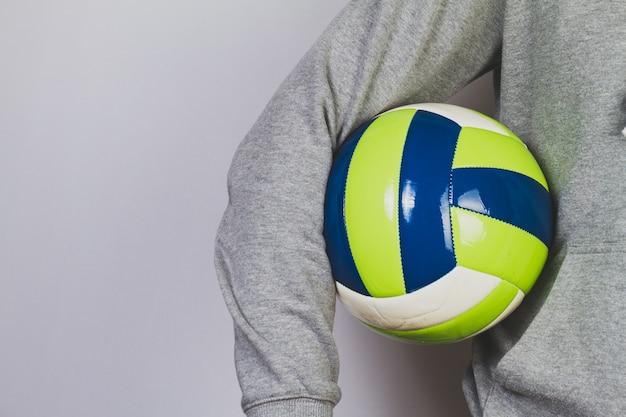 Person hält einen ball mit dem arm Kostenlose Fotos