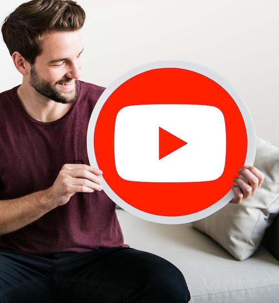 Person mit einem youtube-symbol Kostenlose Fotos