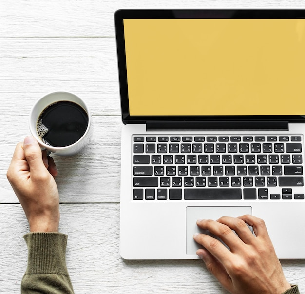 Person mit laptop Kostenlose Fotos