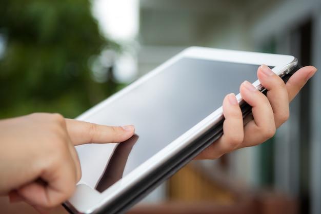 Person zu berühren, eine tablette Kostenlose Fotos