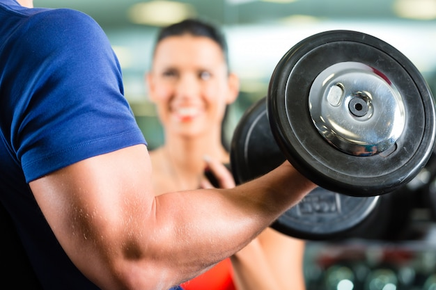 Personal trainer im fitness- und kurzhanteltraining Premium Fotos