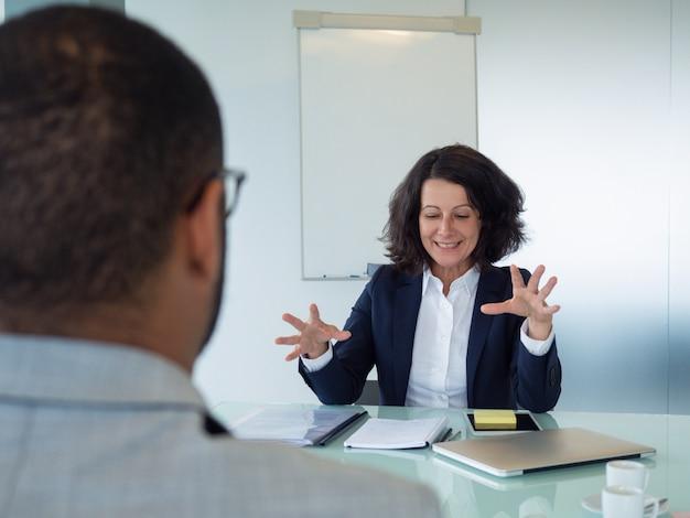 Personalleiter, der männlichen bewerber interviewt Kostenlose Fotos