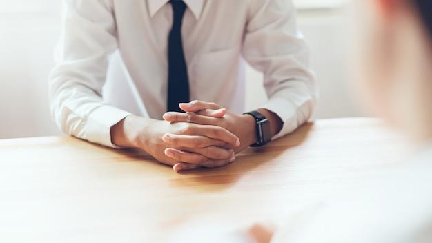 Personalwesen während des vorstellungsgesprächsgeschäftsmannes im büro. Premium Fotos