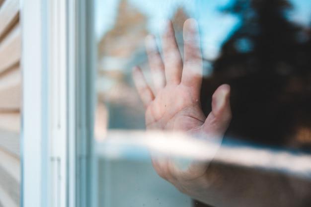 Personen hand auf glasfenster Kostenlose Fotos